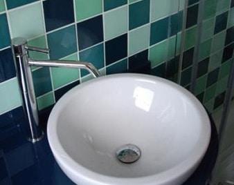 materiali per ristrutturare casa, ceramiche per il bagno.