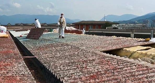 rimozione amianto dalle coperture di un tetto.
