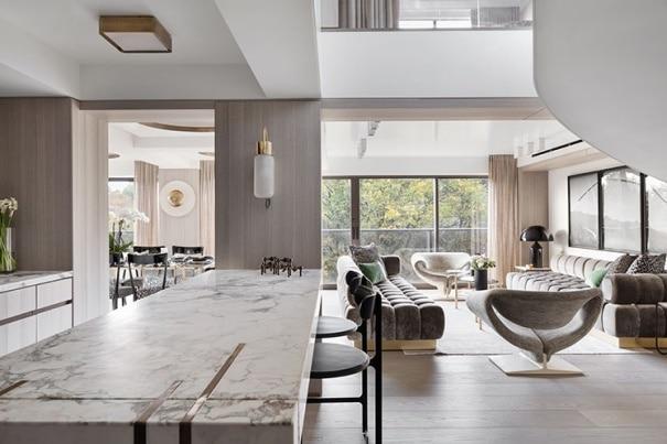 Un salotto con arredamento moderno.