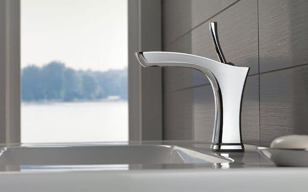 Un miscelatore di design per il lavabo.