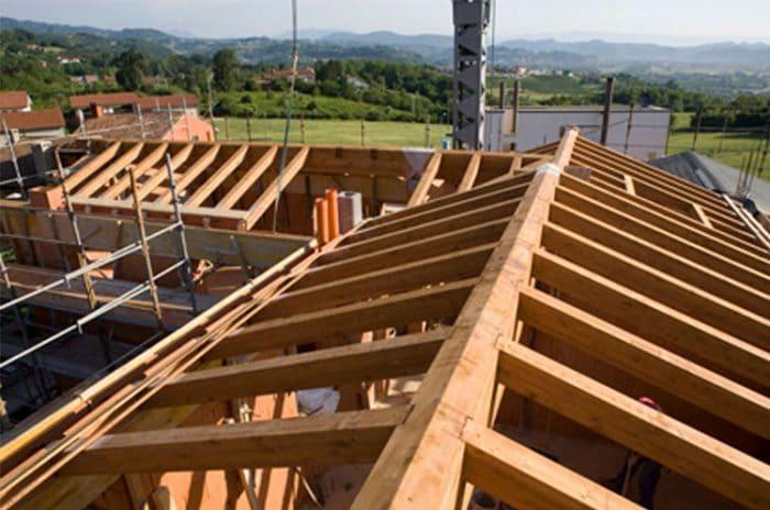 tetto in legno in corso di rifacimento.