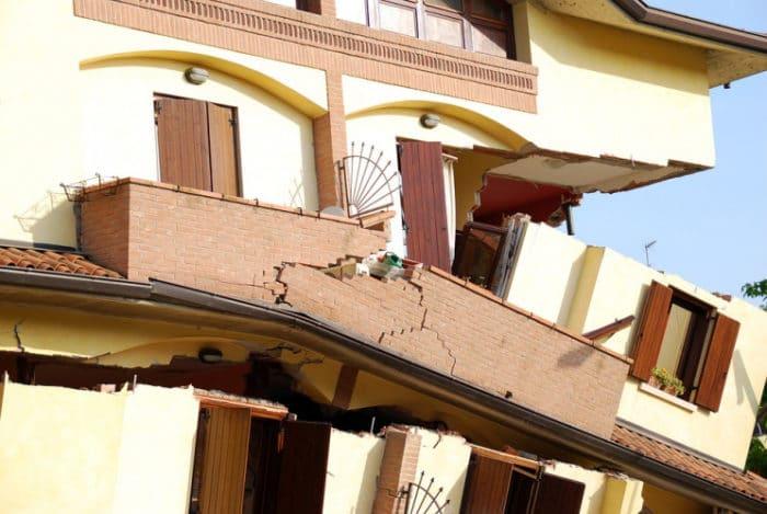 Casa colpita da evento sismico.