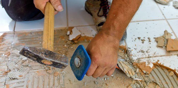 Ristrutturare casa senza soldi: la demolizione del pavimento.