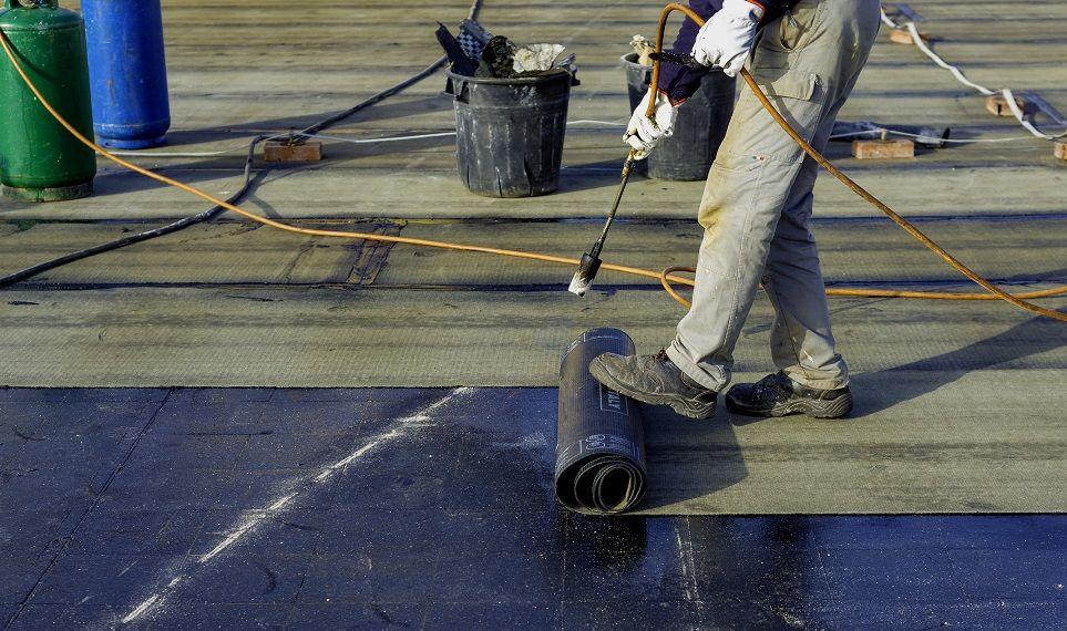 Ristruttuare casa e tetto: posa delle membrane impermeabilizzanti.