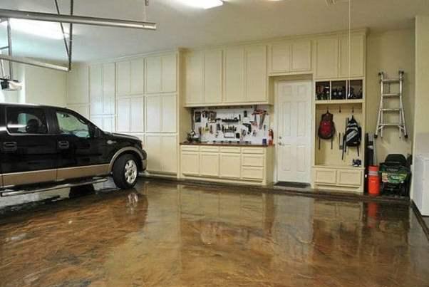 Un garage ristrutturato con un occhio alla praticità.