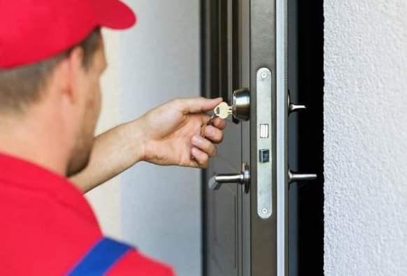 I sistemi di sicurezza passiva per la casa sono degli ottimi deterrenti. Qui l'installazione di una porta blindata.